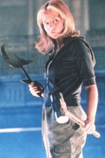 Buffy (Sarah Michelle Gellar) pronta para a ação
