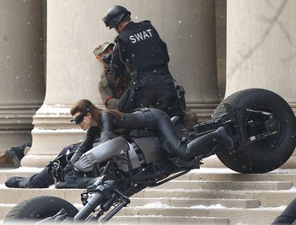 Anne Hathaway em moto , famosa na moto , Anne Hathaway on bike, babes on bike, famous on bike,Anne Hathaway na Batmoto , Anne Hathaway on BatCycle
