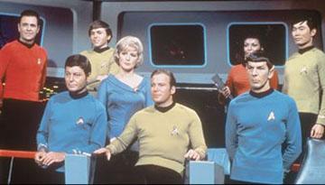 Da esquerda para a direita: Scotty (James Doohan), McCoy (DeForest Kelley), Chekov (Walter Koenig), Chappel (Majel Barret), Kirk (William Shatner), Uhura (Nichelle Nichols), Spock (Leonard Nimoy) e Sulu (George Takei)
