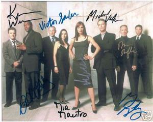O elenco da série em foto autografada
