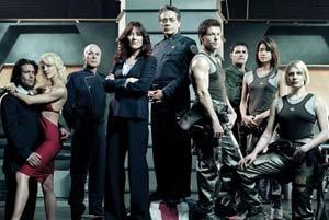 A tripulação da nova Galactica, com alguns cilônios incluídos