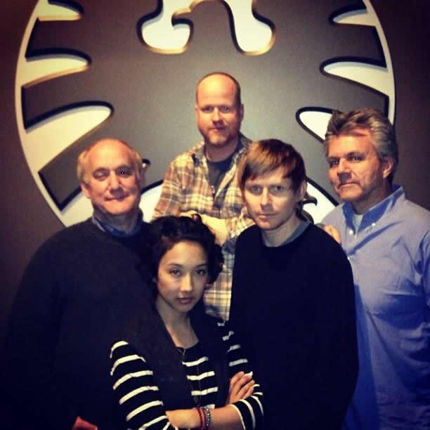 Tancharoen, os irmãos Whedon e outros produtores de S.H.I.E.L.D. no final das filmagens do piloto