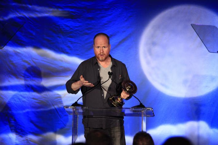 Joss Whedon recebe seu prêmio pela direção de Os Vingadores