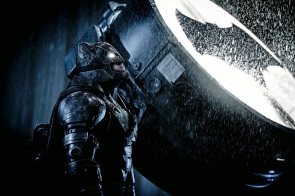 Batman (Ben Affleck), de armadura, ao lado do Batsinal
