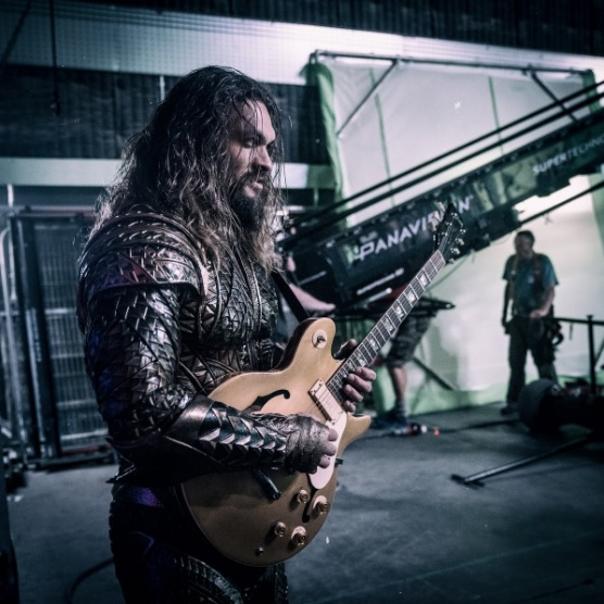 justice_league_momoa_guitar