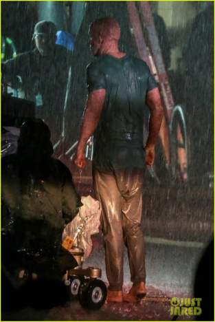 ryan-reynolds-deadpool-is-unmasked-for-rainy-sequel-scene-12